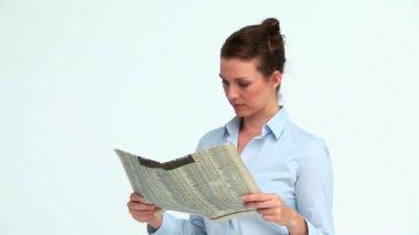 Bien habillée femme lit les nouvelles et se penche sur l'appareil photo — Vidéo