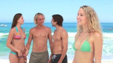 Blonde women standing in front of her friends — Stock Video