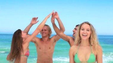 Quatre amis faire la fête comme une jeune fille blonde se penche sur l'appareil photo — Vidéo