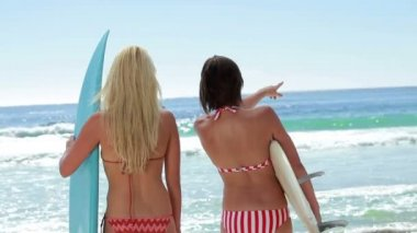Two female surfers with boards at the beach — Stock Video