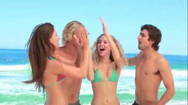 Four friends party at the beach together — Stock Video
