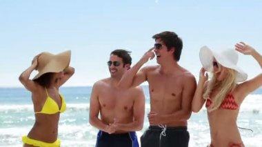 四个朋友一起在海滩上狂欢 — 图库视频影像