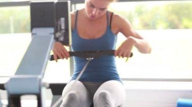 Vrouwen training samen op roeitoestellen — Stockvideo