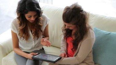 Vrouw weergegeven: vriend tablet tc — Stockvideo