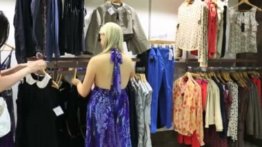 Women looking for clothes — Stock Video