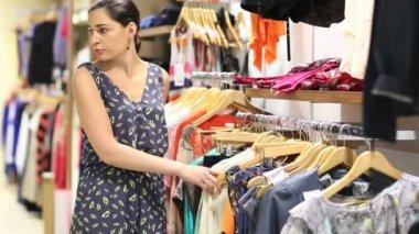 Woman shoplifing — Stock Video