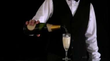 Waiter filling champagne flute — Stock Video