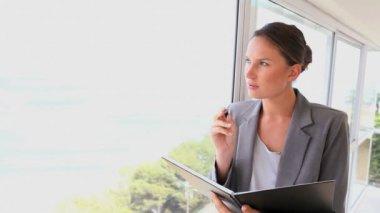 Geschäftsfrau, die auf eine Datei schreiben — Stockvideo