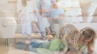 Couple à la recherche de leurs enfants qui jouent sur le sol — Vidéo