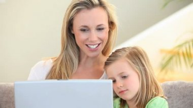 Mother and daughter using a laptop — Stockvideo