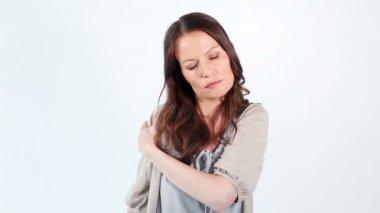 Mulher morena mostrando seu ombro doloroso — Vídeo Stock