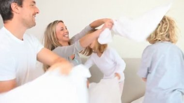 Pillow fight between family members — Stock Video