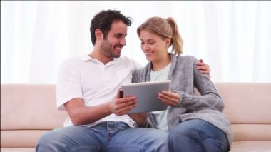 Usmívající se pár pomocí tabletového počítače — Stock video