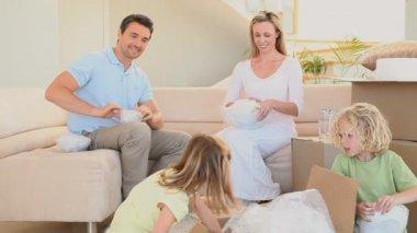 Family preparing to move — Stock Video