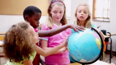 Smiling children looking at a globe — Stock Video