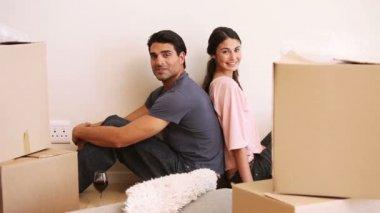 Para siedzi na powrót w pokoju z pola — Wideo stockowe