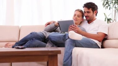 Young couple holding a tablet computer — Stock Video