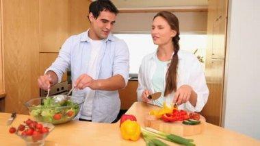Mąż i żona, wspólne gotowanie — Wideo stockowe