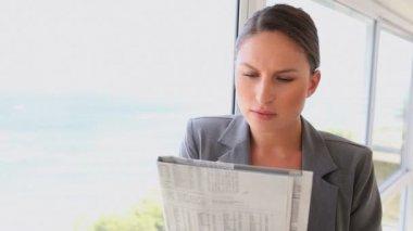 Mulher escrevendo em um jornal — Vídeo stock