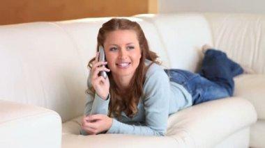 Ung kvinna på telefon liggande — Stockvideo