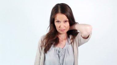 Mujer sosteniendo su cuello doloroso — Vídeo de Stock