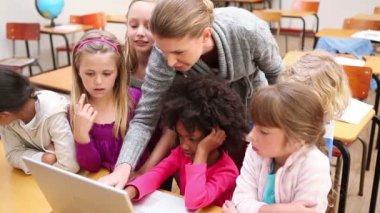 Teacher using a laptop — Stock Video