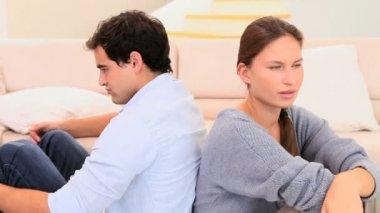 Para siedzi tyłem do — Wideo stockowe