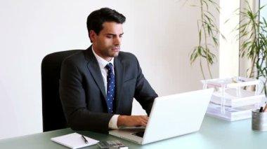 彼のラップトップに取り組んでいる真面目な実業家 — ストックビデオ