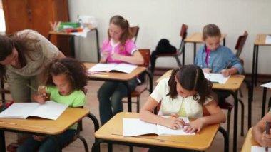 教師を助力ブルネット瞳孔の笑みを浮かべてください。 — ストックビデオ