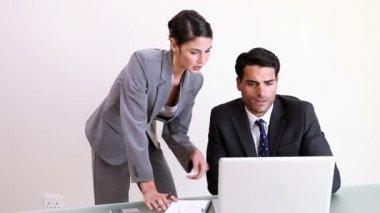 Två företag arbetar tillsammans — Stockvideo