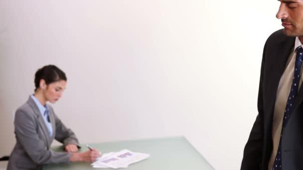 Homme d'affaires à venir dans un bureau — Vidéo