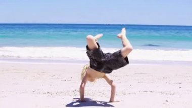 Blonde kid doing a handstand — Stock Video