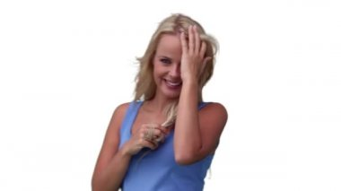 Femme jouant avec ses cheveux comme elle regarde la caméra — Vidéo