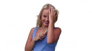 O kameraya bakar gibi saçları ile oynayan kadın — Stok video