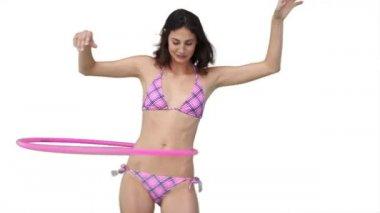 フラフープで遊んでビキニの女性 — ストックビデオ