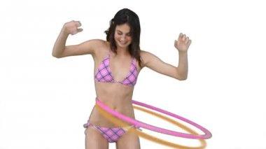 フラフープを使用するピンクのビキニで女性 — ストックビデオ