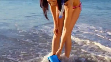 Smiling brunette wearing swimming fins — Stock Video