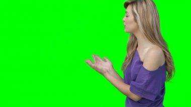 Een vrouw chatten met de camera — Stockvideo