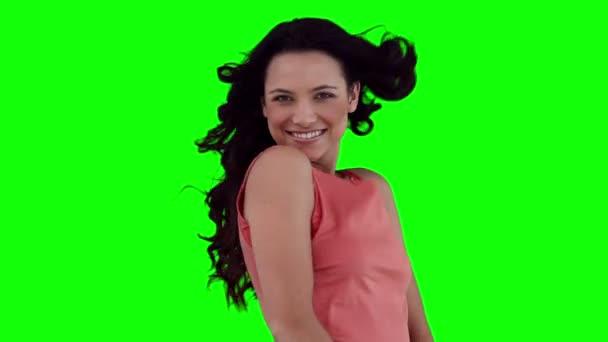 Mujer coqueteando antes de jugar con su cabello — Vídeo de stock