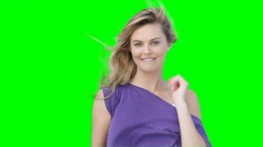 Eine Frau mit ihrem Haar Blasen Blasen Küsse und flirten — Stockvideo