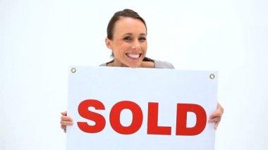 Feliz mujer sosteniendo una pancarta — Vídeo de Stock