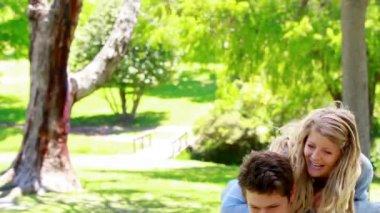 Człowieka, jego żona na plecach — Wideo stockowe