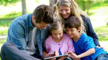 Family using an ebook — Video Stock