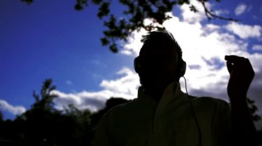 Junger mann seine arme unter mondlicht — Stockvideo