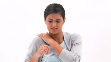 Brunette woman holding her painful shoulder — Vídeo de stock
