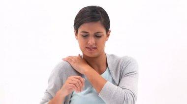 Mulher morena, segurando o ombro doloroso — Vídeo Stock