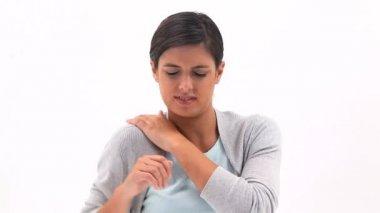Mujer morena sosteniendo su hombro doloroso — Vídeo de Stock