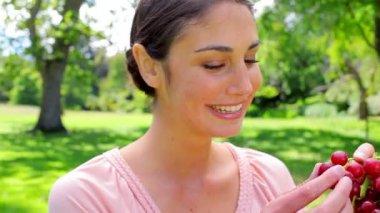 Smiling woman holding grape fruit — Stock Video