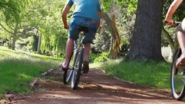 Achteraanzicht van een paar fietsen — Stockvideo