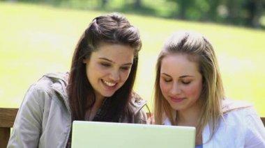 Amigos felizes usando um laptop — Vídeo stock